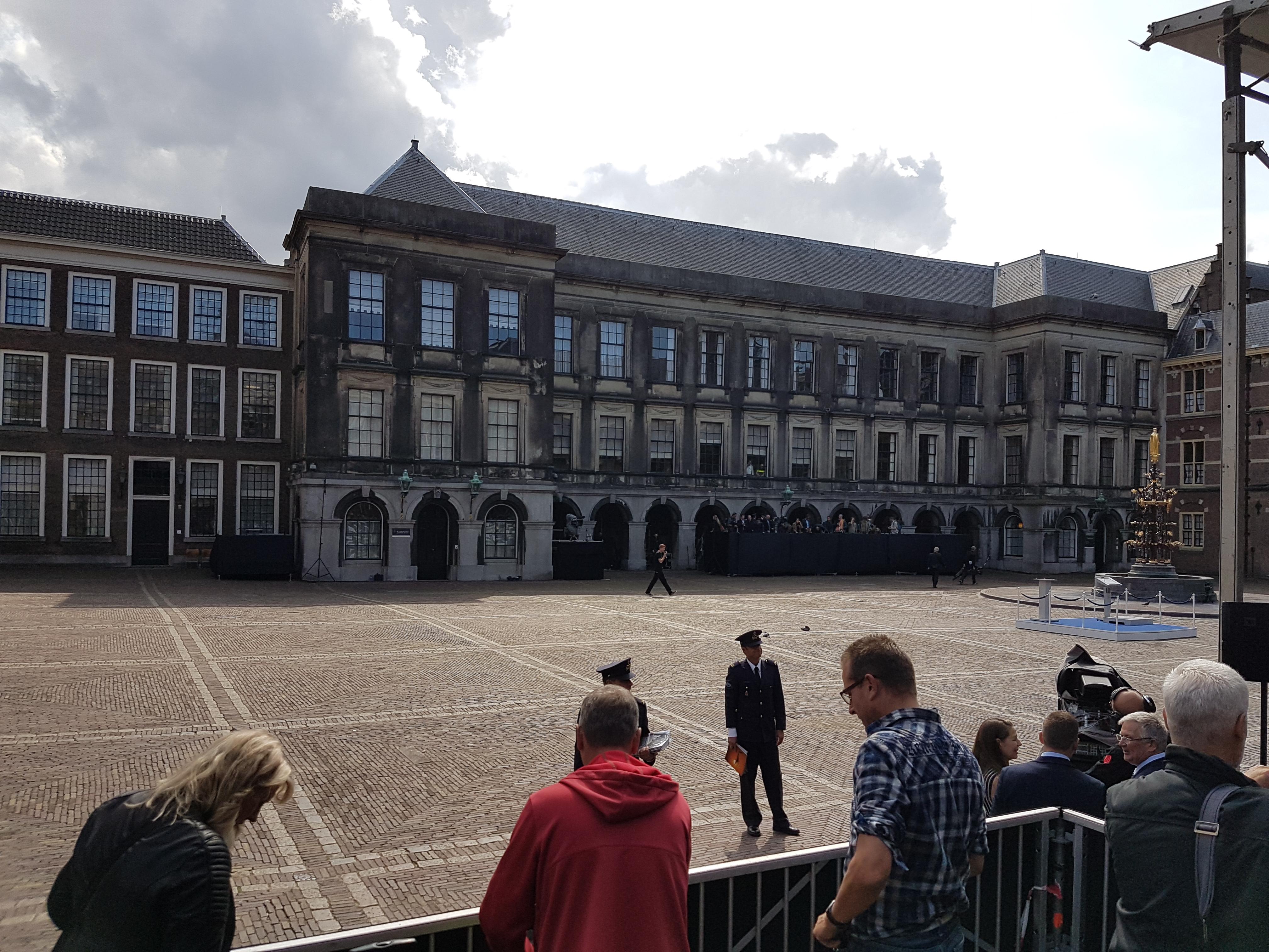In het persvak op een nog leeg Binnenhof. Cobra4 maakt foto's met een aardappel. de overigen met serieus spul