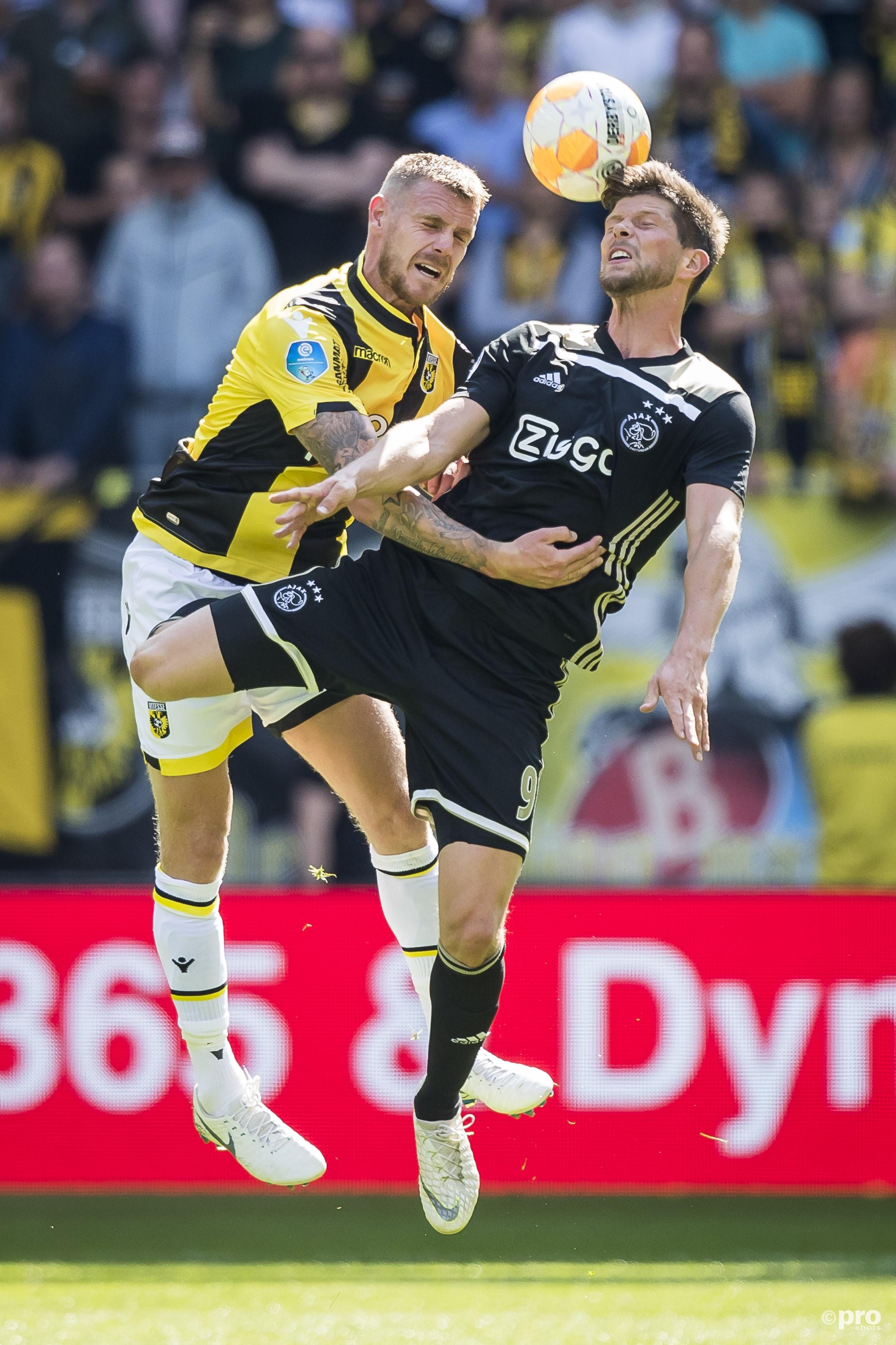 Klaas Jan Huntelaar (R) in duel met Maikel van der Werff (L). (PRO SHOTS/Joep Leenen)