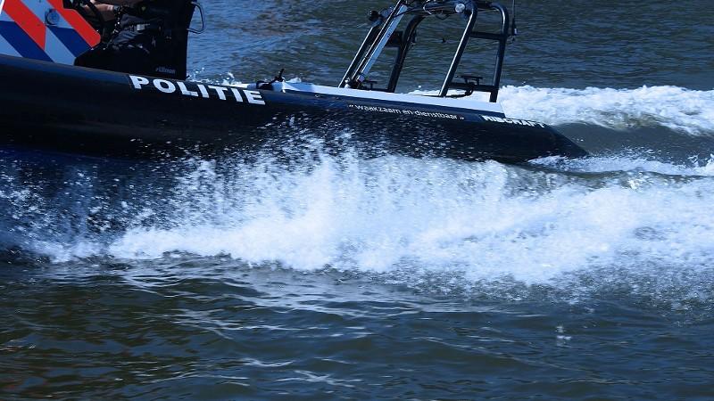 Speedboot knalt tegen binnenvaarttanker, 2 gewonden (Foto: stockfoto politie.nl)