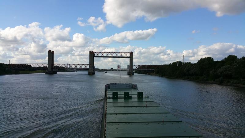 De Spijkenisserbrug vanaf het water gezien  (Foto: Interpretatie)