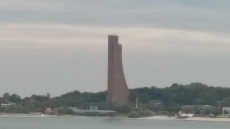 Een monument voor de gevallenen in de 2e wereldoorlog en een U-boot in Kiel (Duitsland) (Foto: Interpretatie)