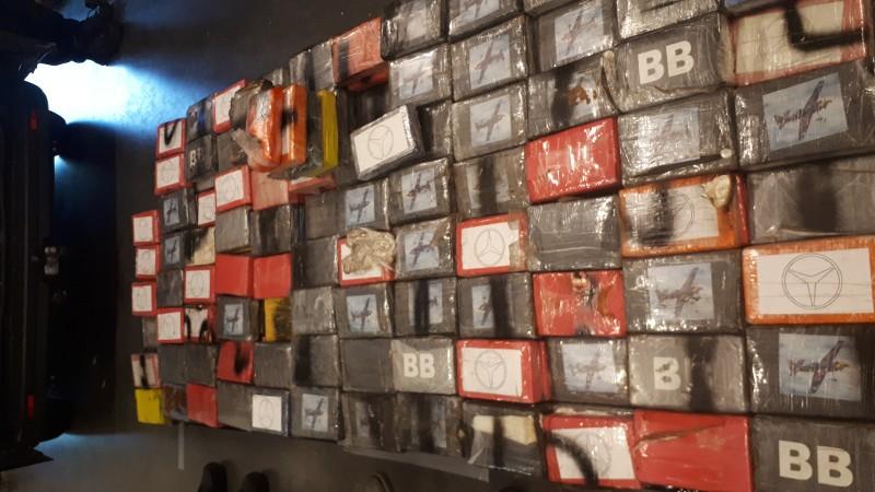 473 kilo cocaïne in verborgen ruimte bestelbus (Foto: Politie.nl)