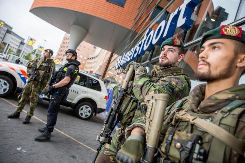 Militairen bewaken station Amersfoort (Foto: Defensie.nl)