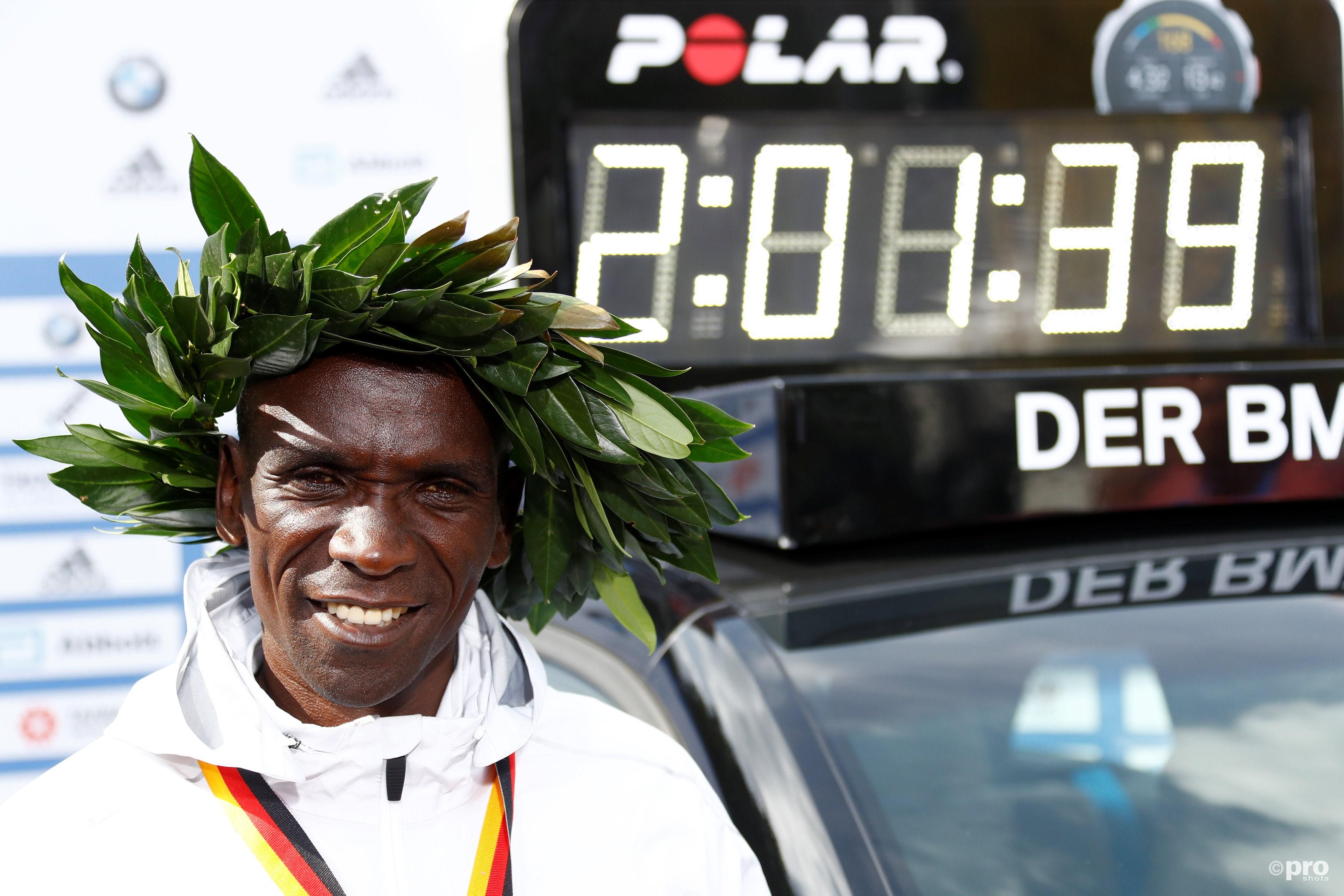 Eliud Kipchoge verbetert het wereldrecord op de 42.195 meter. (PRO SHOTS/Action Images)