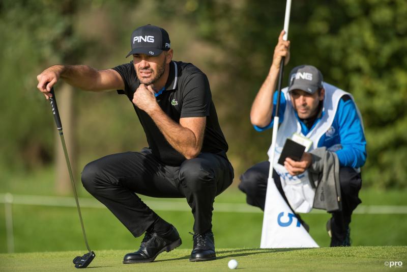 We zien hier golfer Grégory Havret en zijn caddy tijdens de KLM Open, wat is hier gaande? (Pro Shots / Ankie Hogewind)