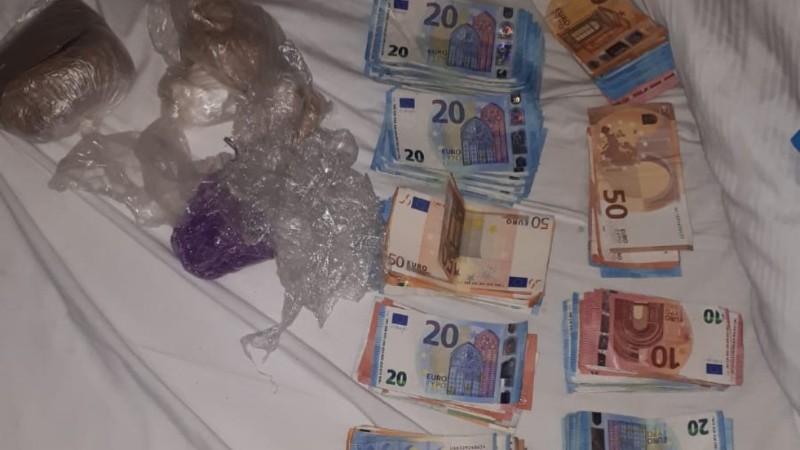 Politie vindt stapels bankbiljetten en heroïne (Foto: Politie.nl)