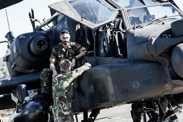 Onderhoudspersoneel bij een Apache op Vliegbasis Deelen tijdens oefening Falcon Autumn (Foto: Defensie)