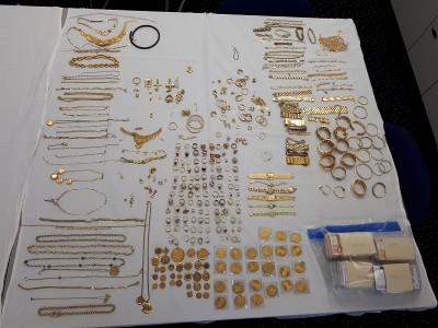 4,5 kilo sieraden en 210.000 cash in kluis (Foto: Politie.nl)