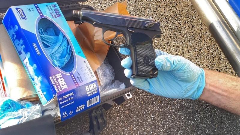 Man gooit doorgeladen vuurwapen van viaduct (Foto: Politie.nl)
