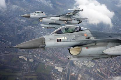 Marechaussee haalt agressieve man uit vliegtuig (Archieffoto Defensie.nl)
