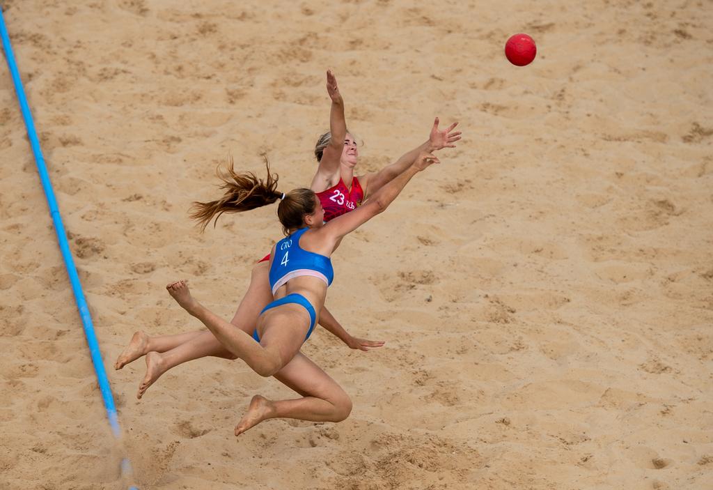 Het ging er zo nu en dan stevig aan toe bij het strandbal (Kate Green for OIS/IOC)