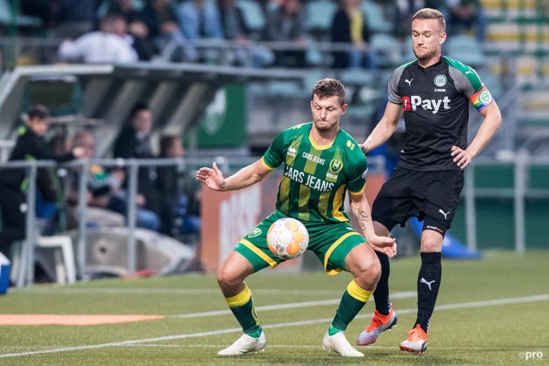 ADO Den Haag-speler Tomas Necid komt hier met FC Groningen-speler Mike te Wierik in een wat vreemde positie terecht, wat is hier gaande? (Pro Shots / Kay Int Veen)