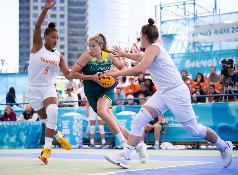 De Australische Suzi-Rose Deegan probeert zich richting de basket te werken tegen Nederland (Lukas Schulze for OIS/IOC)