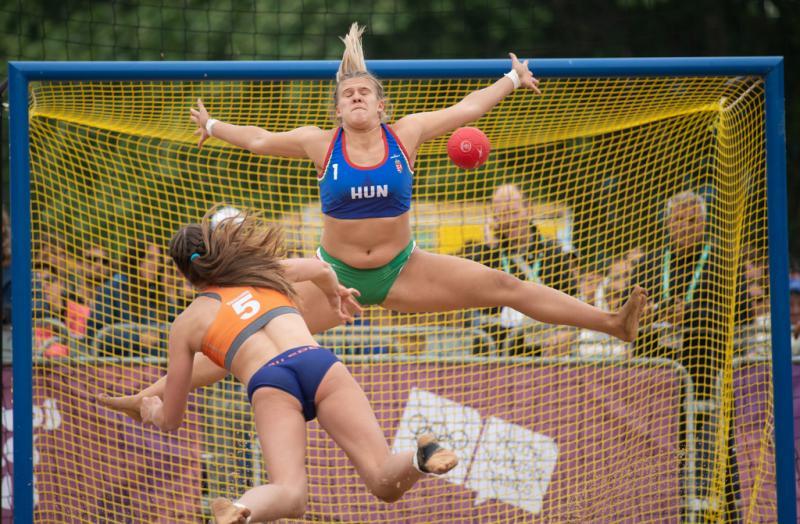 Strandhandbalster Marit van Ede gooit op doel (Lukas Schulze for OIS/IOC)