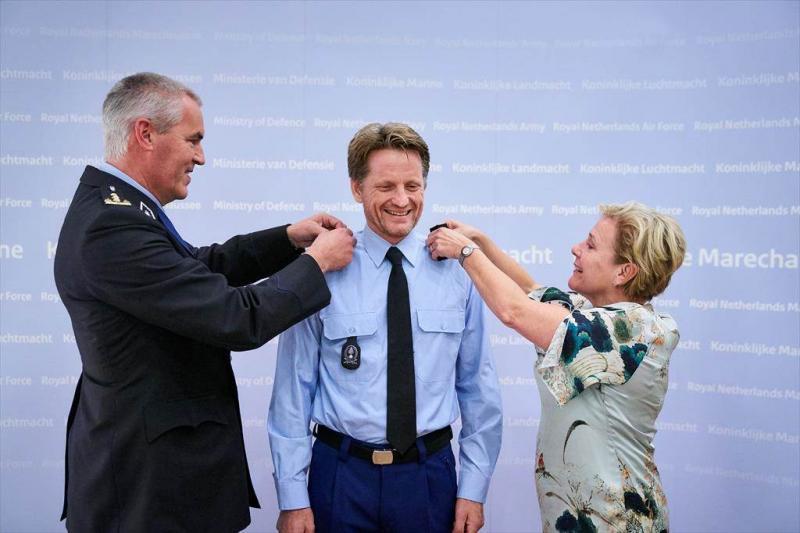 Prins Pieter-Christiaan krijgt de rangonderscheidingstekens (Foto: Defensie)
