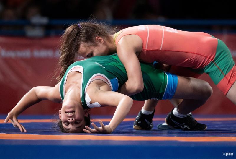 We zien hier Natallia Varakina en Zineb Ech-Chabki in actie op Jeugd Olympische Spelen, wat is hier allemaal gaande? (Pro Shots / Action Images)