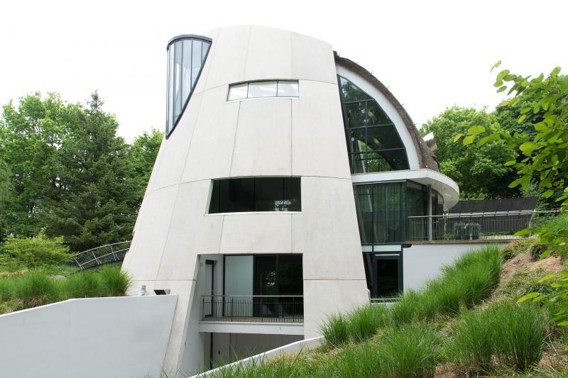 Nogal futuristisch wonen in Beekbergen (Foto: Funda)