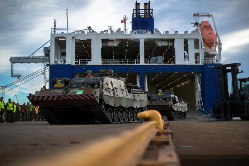 Leopard 2-bergingstanks rijden schip af in Noorse Frederikstad. (Foto: Ministerie van Defensie)
