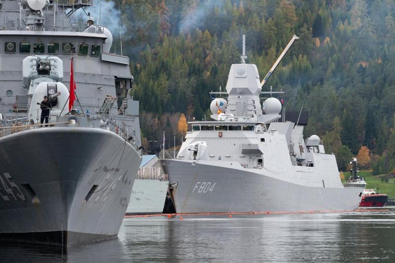 Zr. Ms. De Ruyter samen met andere marineschepen in de haven van Trondheim. (Foto: Ministerie van Defensie)