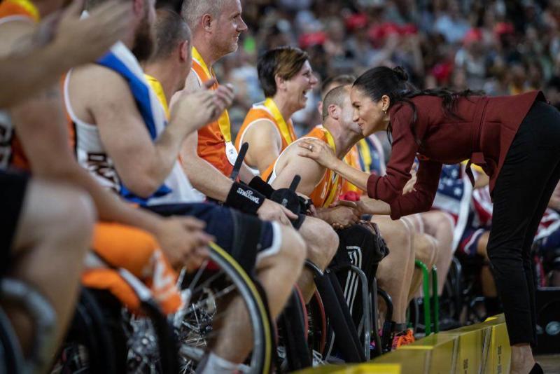 De kus van Megan aan aanvoerder Jelle van der Steen (Foto: Defensie.nl)