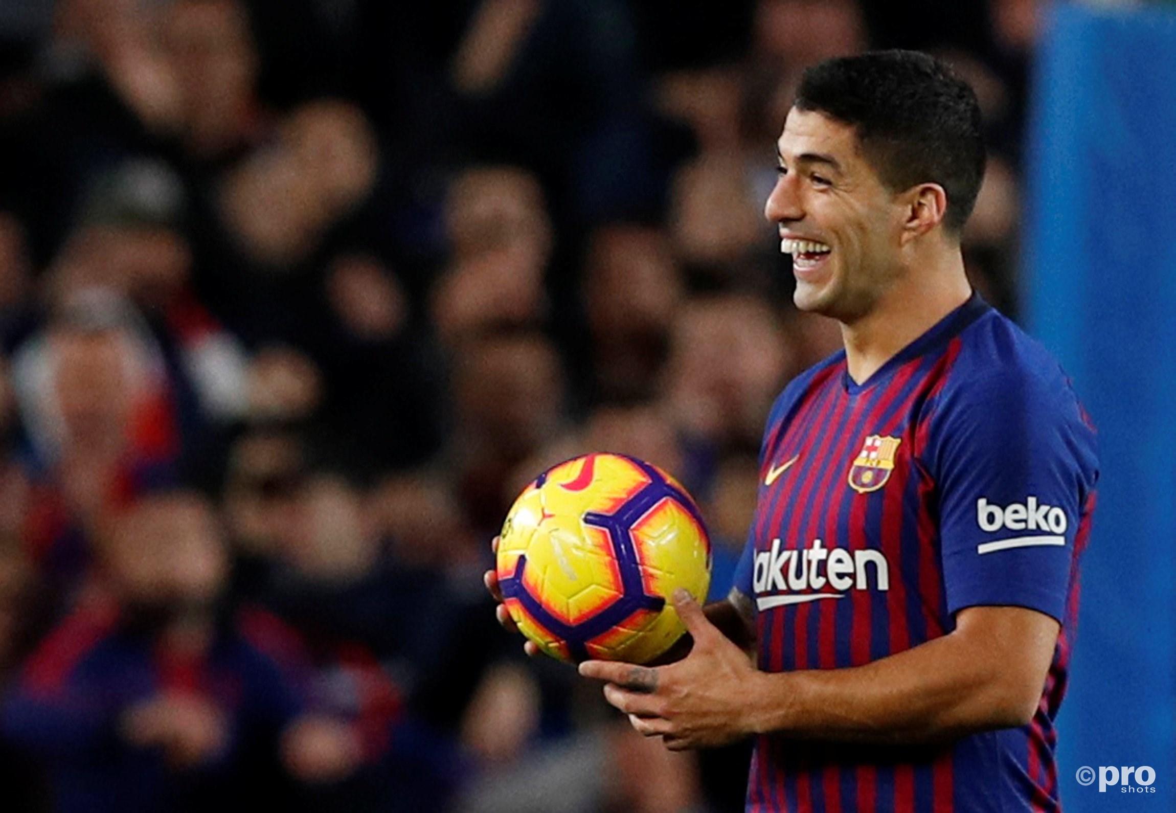 Suarez mag de bal meenemen na zijn hattrick. (PRO SHOTS/Action Images)
