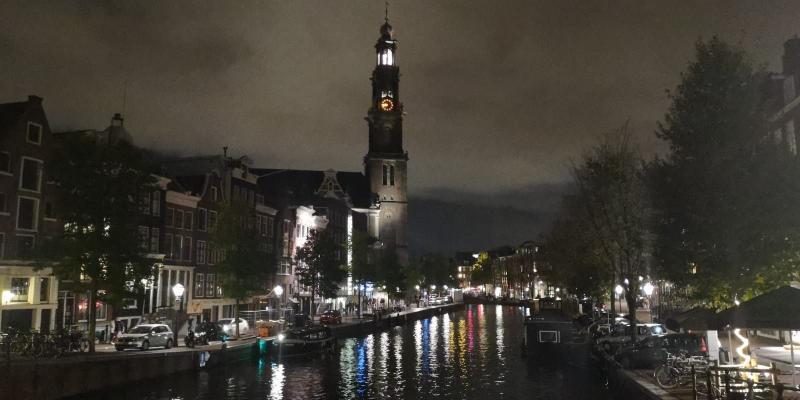 Amsterdam in het donker in de late avond (Foto: DJMO)