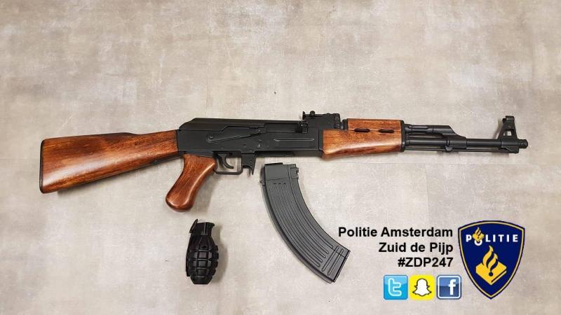 Politie neemt AK-47 in beslag (Foto Politie Amsterdam Zuid de Pijp)