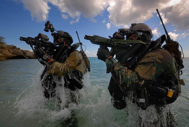 Kikvorsmannen komen boven water tijdens een oefening (Foto: Archieffoto defensie.nl)