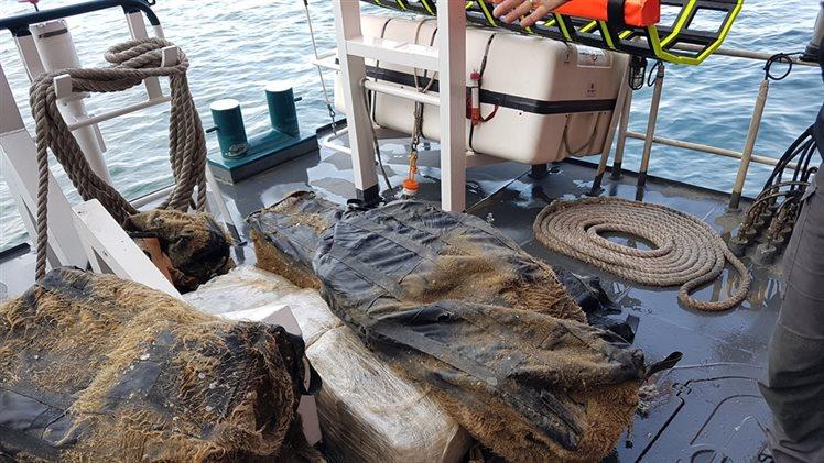 Duikers vinden grote partij marihuana onder zeeschip (Foto: Openbaar ministerie)