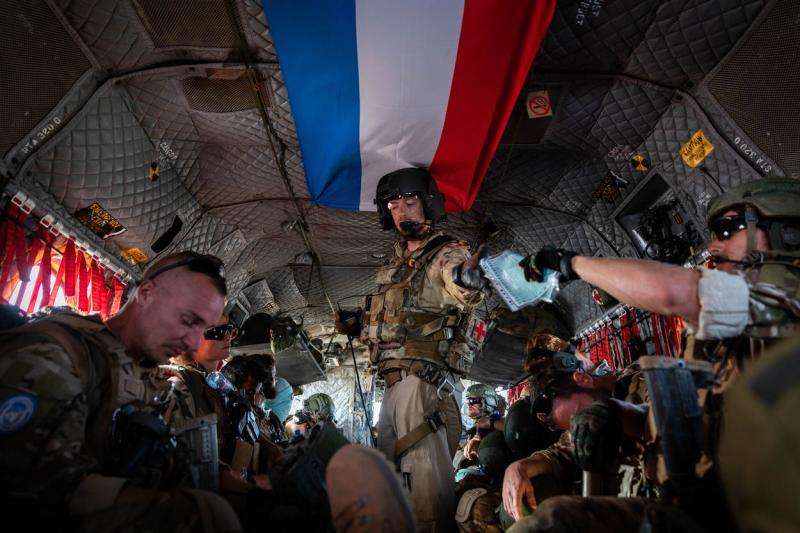 Nederlandse militairen in een Canadese Chinook onderweg naar het operatiegebied (Foto: Defensie)
