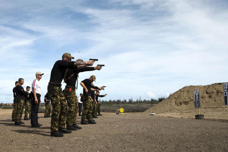 Nederlandse militairen schieten op een schietbaan op Bonaire (Archieffoto Defensie)