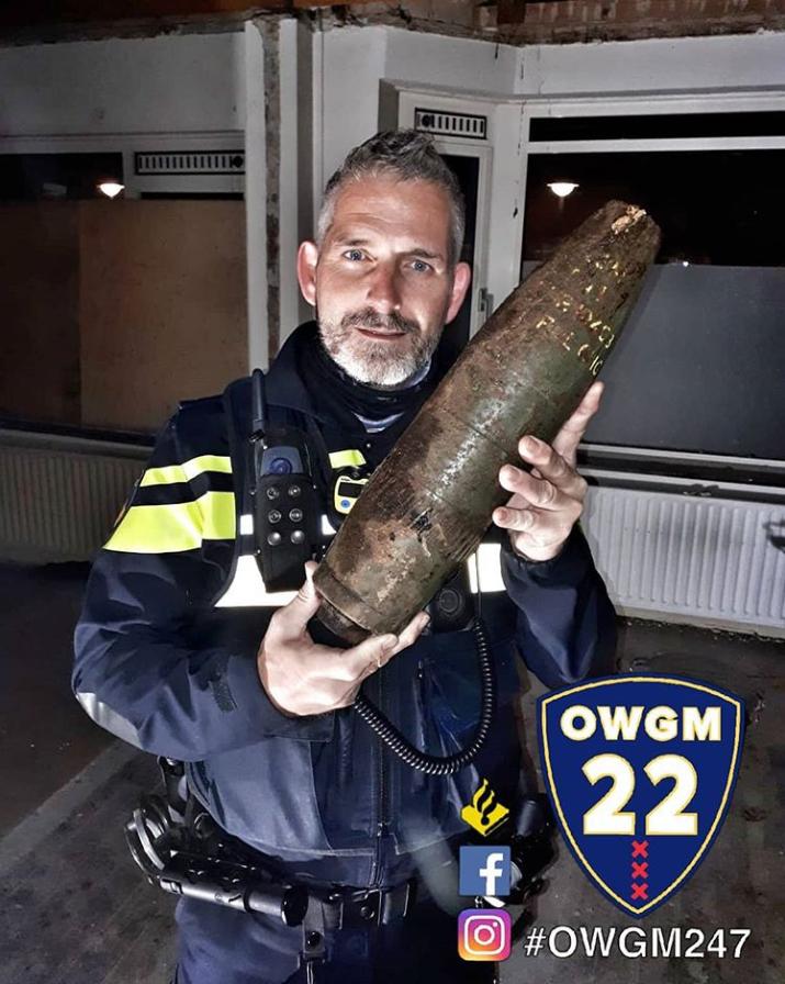 Bouwvakkers vinden bom uit WO II in achtertuin (Foto: Politie Oost Watergraafsmeer)