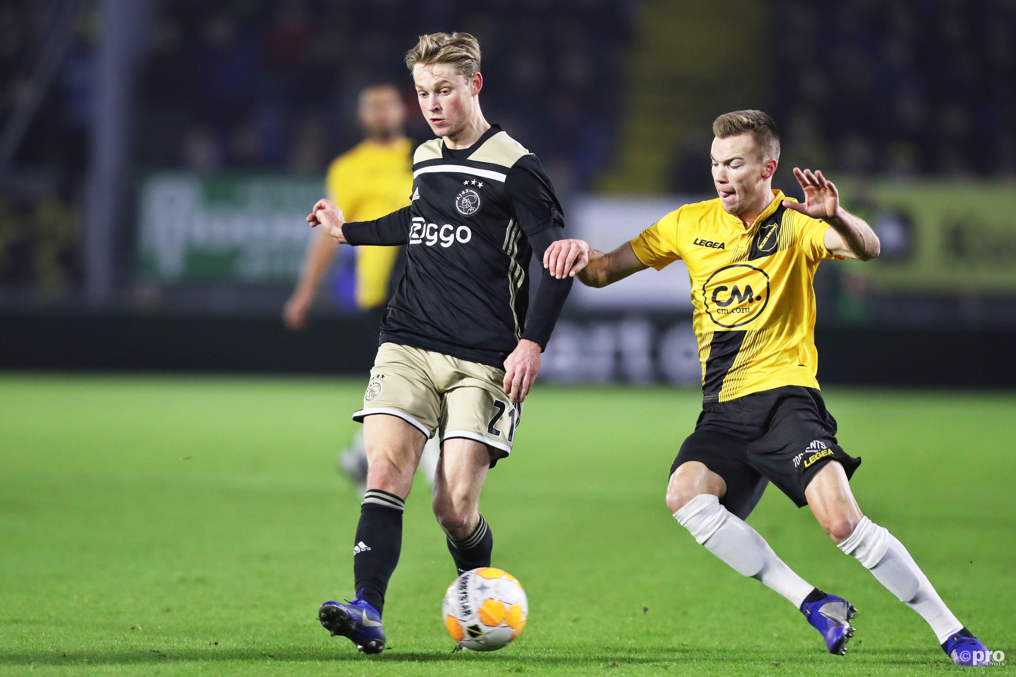 Frenkie de Jong (L) in duel met Arno Verschueren (R). (PRO SHOTS/Kay Int Veen)
