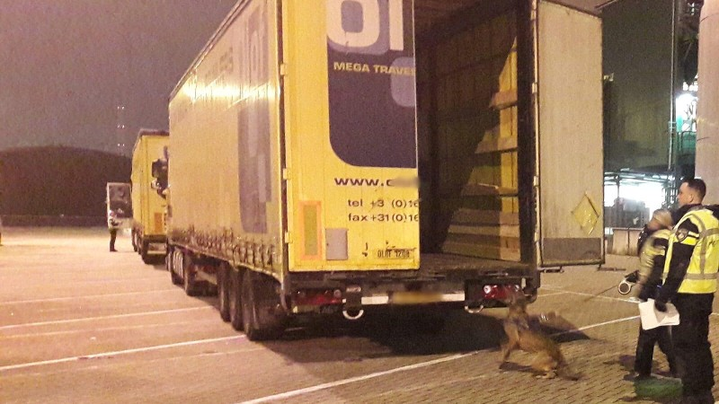 Politie haalt 11 Albanezen uit vrachtauto (Foto: Politie.nl)