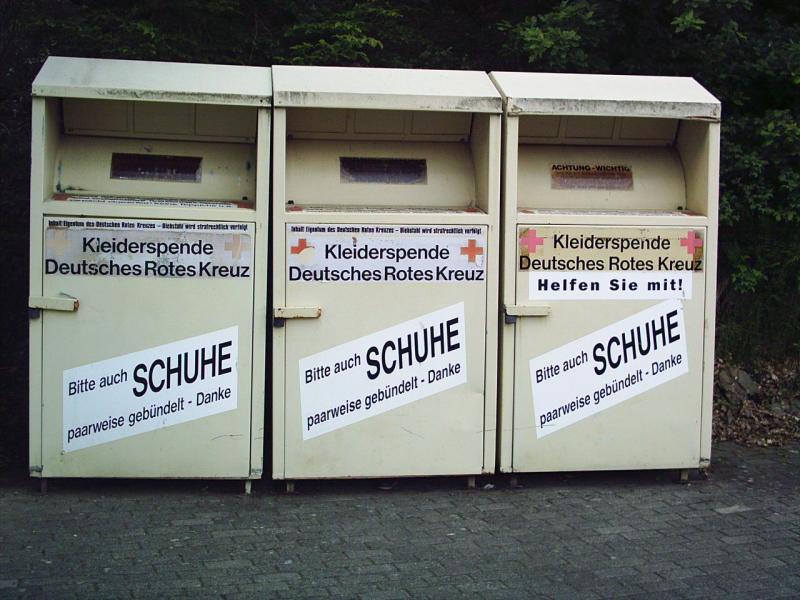 Willekeurige kledinginzamelcontainers van het Duitse Rode Kruis (Foto ter illustratie: Stefan Flöper / Wikimedia Commons)
