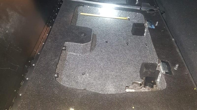 Wakkere agenten vinden pistool in verborgen ruimte (Foto politie.nl)