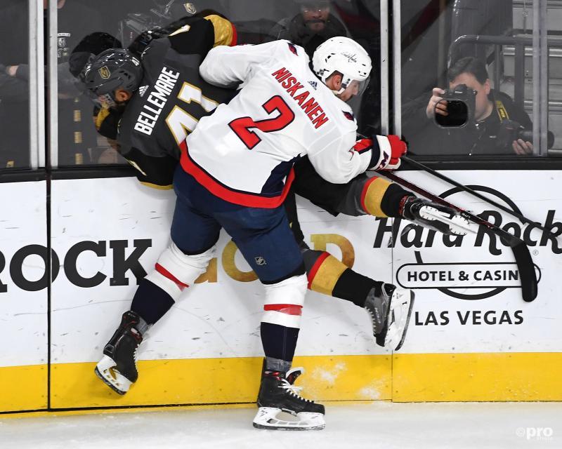 Washington Capitals-speler Matt Niskanen en Vegas Golden Knights-speler Pierre-Edouard Bellemare hebben een wat hardhandige ontmoeting, wat is een leuk onderschrift voor deze foto? (Pro Shots / Action Images)