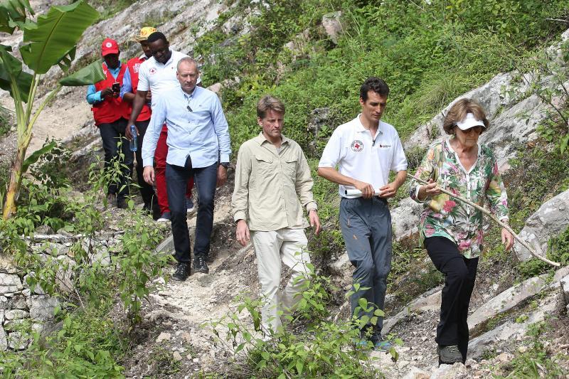 Prins Pieter-Christiaan, met zijn moeder op Haïti (Foto: Rode Kruis/Arie Kievit)