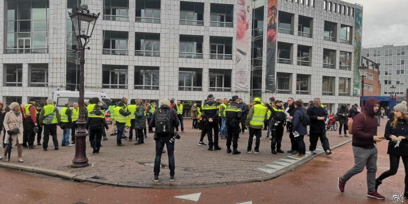 Gele Hesjes, rechts tussen de politieagenten een FvD hesje (Foto: FOK!)