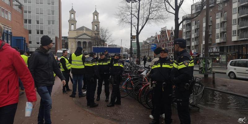 Gele hesjes in Amsterdam (Foto: FOK!)