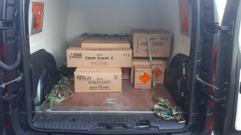 Zwaar vuurwerk onder appartementen gevonden (Foto politie.nl)