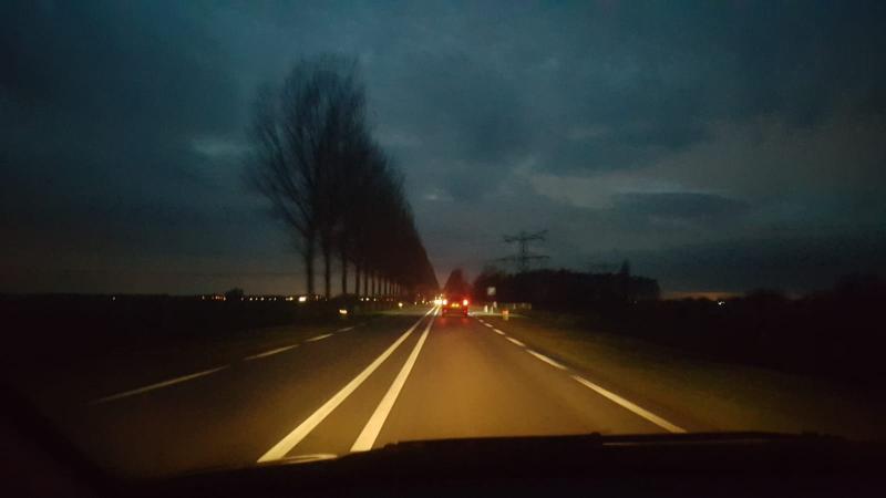 Iteejer was onderweg en shoot een paar fraaie wolkjes boven de weg.