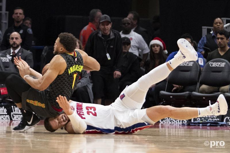 Atlanta Hawks-guard Justin Anderson komt nogal ongelukkig terecht op Detroit Pistons-forward Blake Griffin, wat is een leuk onderschrift bij deze foto? (Pro Shots / Action Images)