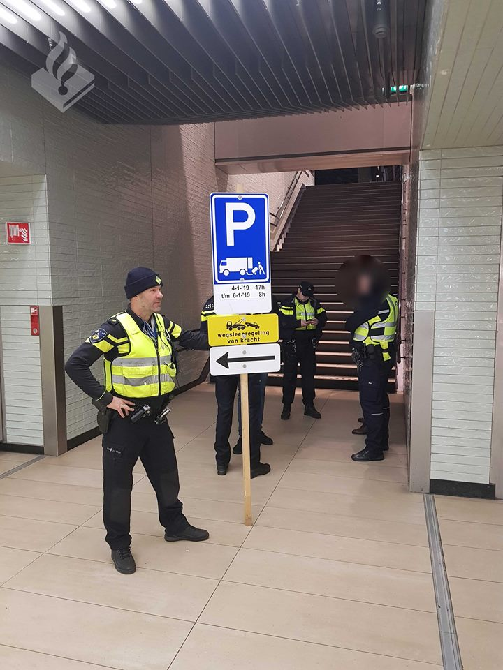 Ik ga stappen en ik neem mee ... (Foto: Politie Amsterdam Team Openbaar Vervoer)
