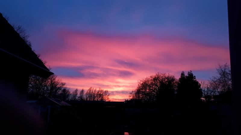Maily was een paar dagen geleden in de buurt van Bergen op Zoom en zag deze prachtige zonsondergang (Foto: Maily)