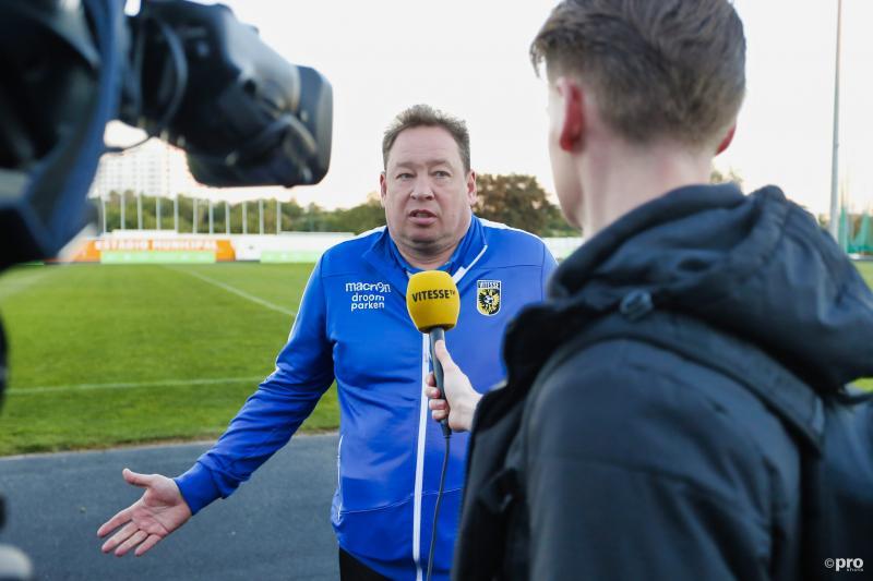 Vitesse-trainer Leonid Slutsky legt hier wat uit, maar wat? (Pro Shots / Thomas Bakker)