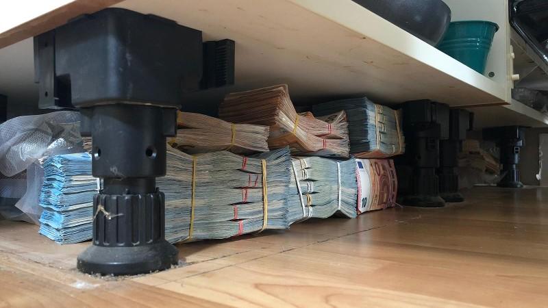 Zes ton cash onder keukenblok (Foto: Politie.nl)