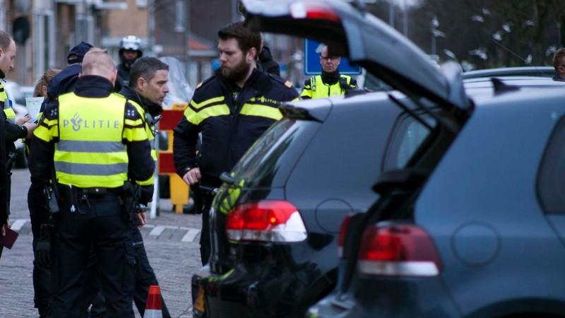 Taser, illegale sigaretten en drank in supermarkt, eigenaar opgepakt (Foto: Politie.nl)