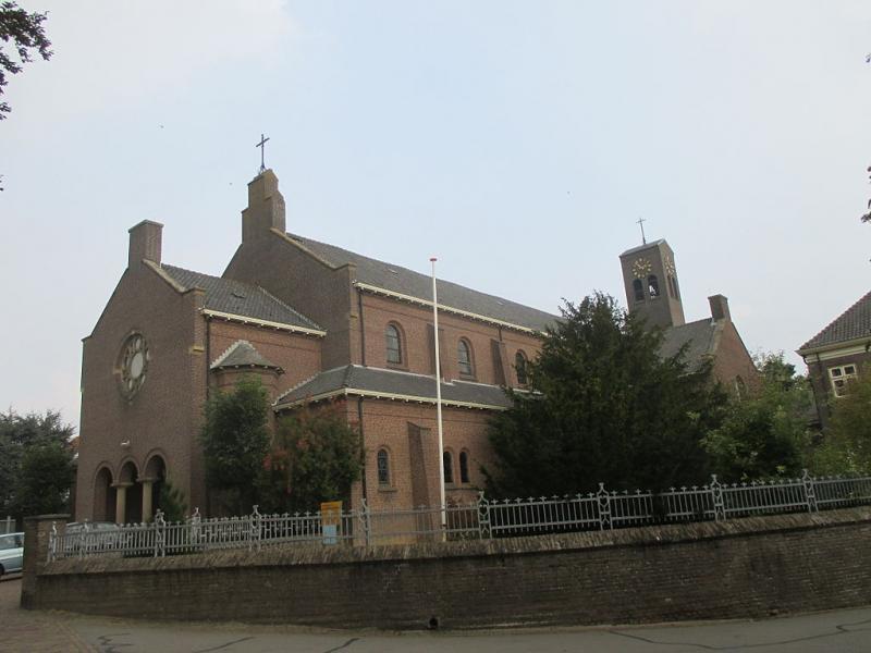 De katholieke kerk van Wamel waar pastoor Massaer zijn beruchte uitspraken deed (WikiCommons/Fred Mobach)