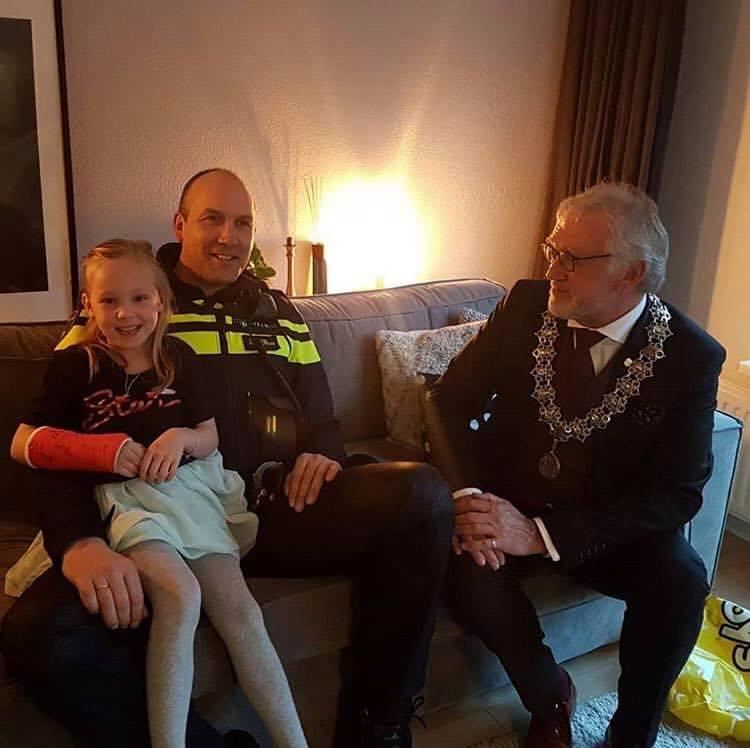 Meisje dat werd gegrepen door rottweiler kan weer lachen (Foto: Politie Alkmaar)